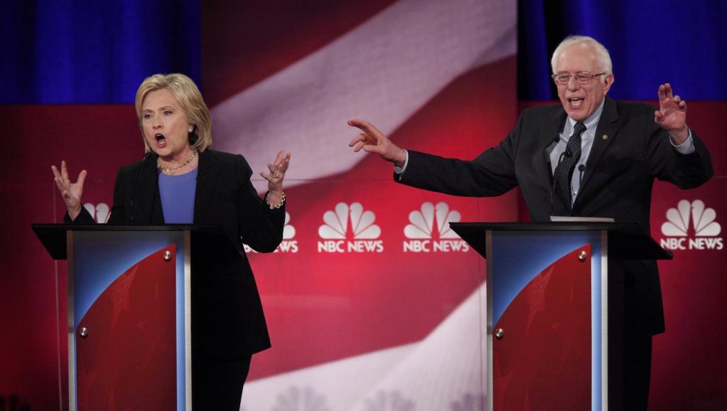 Les deux principaux candidats démocrates, Hillary Clinton (g.) et Bernie Sanders (dr.), lors du débat du 17 janvier 2016. REUTERS/Randall Hill