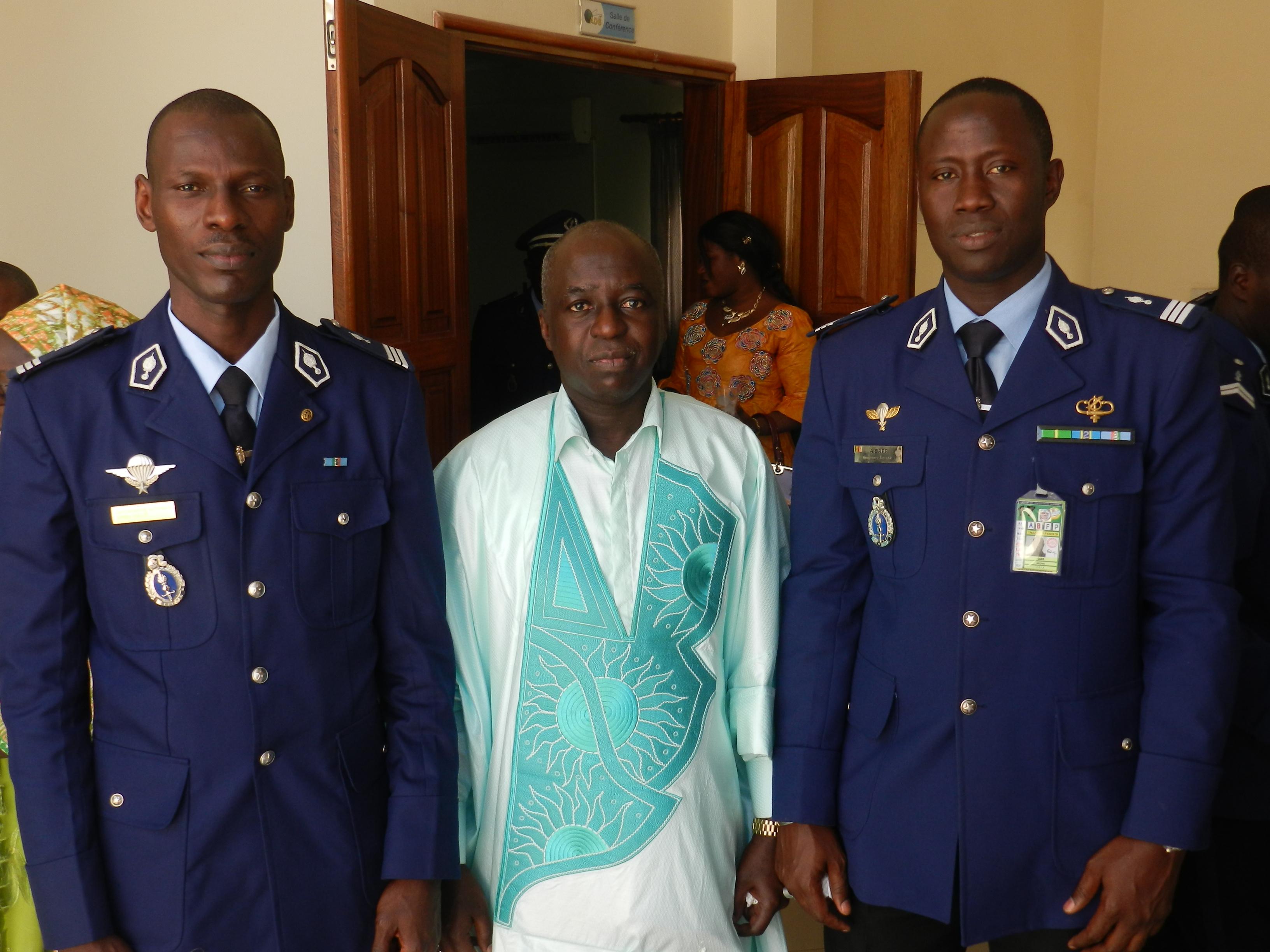 Le DG des ADS entouré par le capitaine SARR à droite et le capitaine Samba Diallo