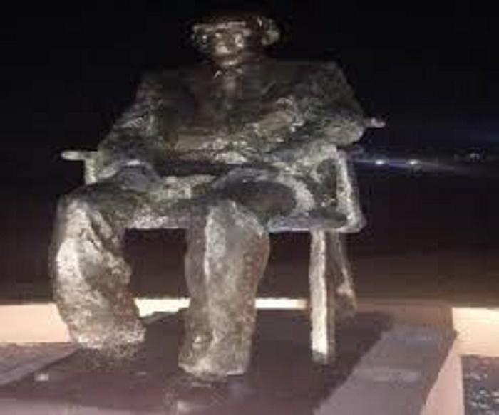 La statue de Senghor vandalisée : le poète Amadou Lamine Sall est dans tous ses états