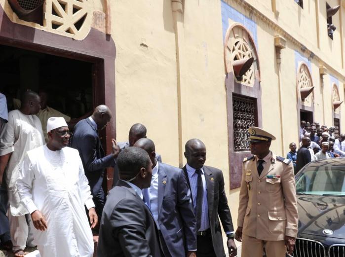 Images Vendredi: le président Sall à pied pour aller prier à la Mosquée de la Rue Blanchot