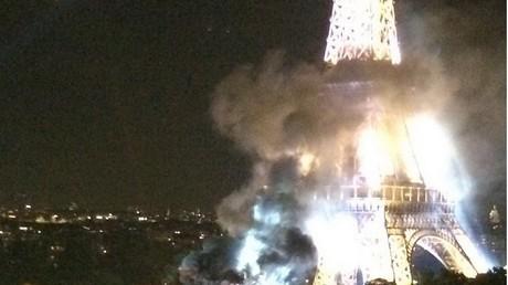 14 juillet : un camion prend feu à cause des feux d'artifices sous la tour Eiffel (IMAGES)