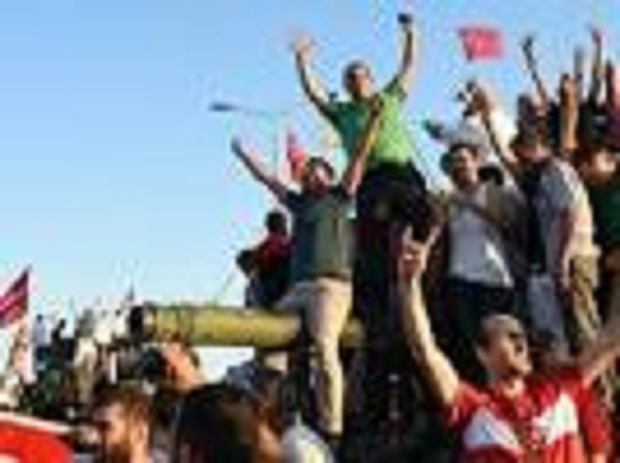 En direct : l'armée turque annonce que le putsch a échoué, plus de 2 800 militaires arrêtés - 161 morts