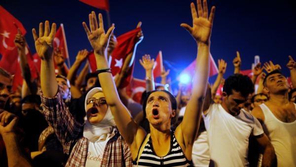 Putsch en Turquie: Erdogan évoque la peine de mort et réclame Gülen
