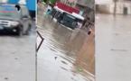 """Vidéo du jour - Un minibus """"Tata"""" et ses passagers pris au piège dans les eaux de pluie"""
