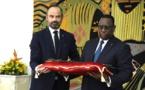 Quand la TMC se moque du Premier ministre français Edouard Philippe avec le sabre prêté au Sénégal (Vidéo)
