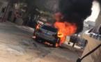 Vidéo : une voiture prend feu aux Hlm Grand Yoff, aucune perte en vie humaine