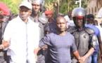 Le Docteur Babacar Diop en chemise blanche lors de son arrestation dans les grilles du palais le 29 novembre dernier