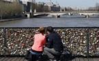 """Les """"cadenas d'amour"""" des ponts parisiens victimes de leur succès"""