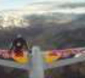 Un cascadeur téméraire change d'avion en plein vol