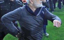 Grèce : Le président du Paok descend sur la pelouse armé d'un taser pour s'attaquer à l'arbitre
