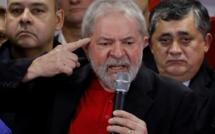 Brésil : la caravane électorale de Lula touchée par des tirs