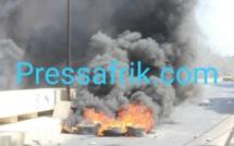 Ça dégénère à l'UCAD : les étudiants vandalisent un véhicule 4X4 devant des policiers sans munitions