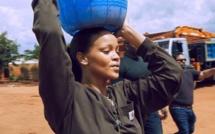 (03 photos) Rihanna dans la peau d'une femme au foyer africaine