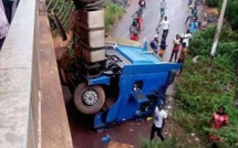 Bamako : chute spectaculaire d'un camion du haut d'un pont