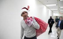 Obama, en père Noël, distribue des cadeaux à des enfants malades