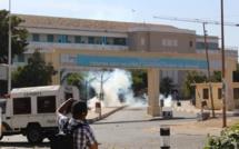 VIDÉOS - Les forces de l'ordre remportent la première manche en repoussant les jeunes à l'intérieur du campus