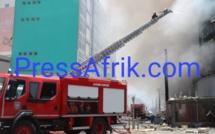 Les images du «combat» entre sapeurs-pompiers et incendie de l'immeuble en centre-ville
