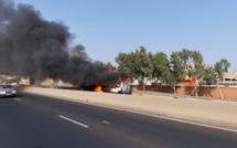 #AlerteTrafic - Un véhicule en feu sur l'Autoroute de l'Avenir à hauteur de Thiaroye