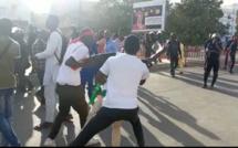 Vidéo - Devant le Camp pénal, ce manifestant se débat pour entrer dans la prison et libérer Guy Marius