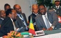 Macky Sall et Dioncounda Traoré en conférence de presse conjointe à l'aéroport LSS