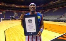 Basket: Un Harlem Globe Trotter bat le record Guinness du plus long lancer de dos